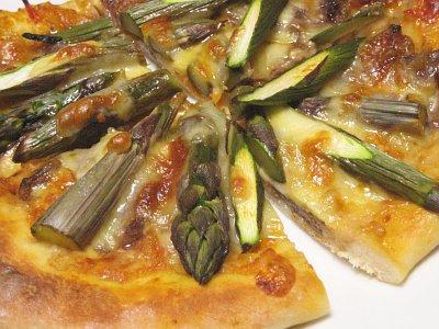 牛肉とアスパラガスのピザ